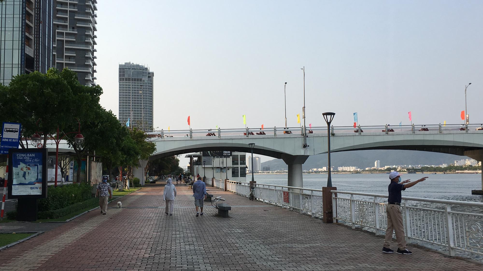 Khách sạn, công trình xây dựng ven biển, các hãng thời trang lớn ở Đà Nẵng đóng cửa hàng loạt trước ngày 'cách li toàn xã hội' - Ảnh 15.