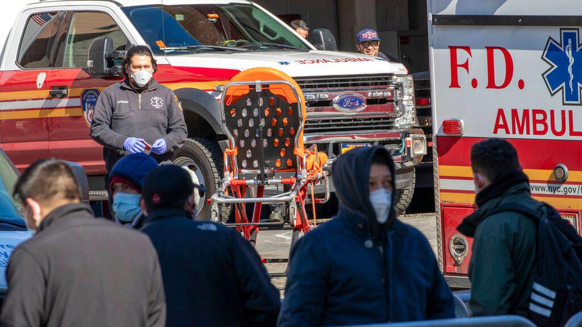 New York chào đón chuyến tàu bệnh viện với tiếng reo hò, số người tử vong ở Mỹ vượt 3.000 - Ảnh 6.