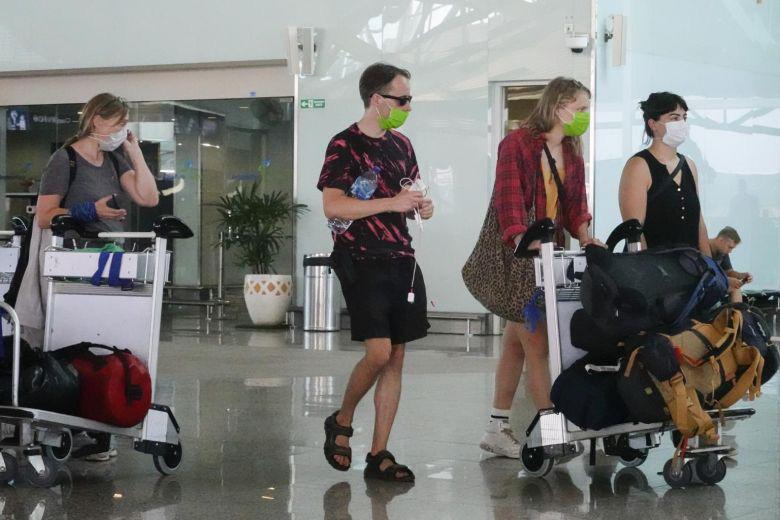 Indonesia tạm thời cấm tất cả các khách nước ngoài quá cảnh vì Covid-19 - Ảnh 1.