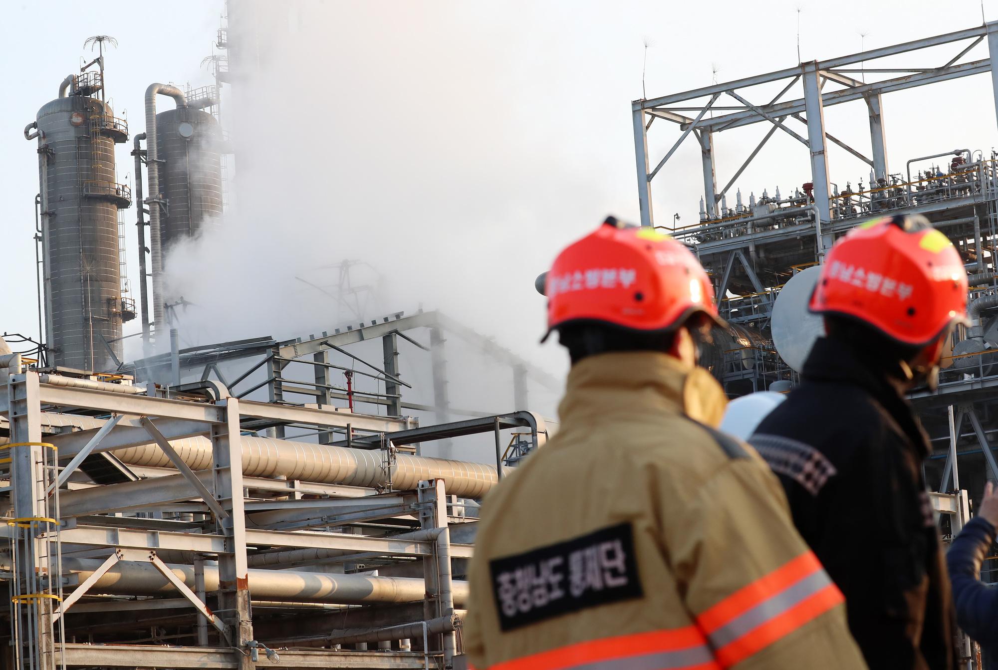 Hàn Quốc: vụ nổ kèm cháy lớn ở nhà máy Lotte Chemical khiến 56 người bị thương - Ảnh 3.