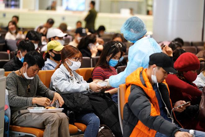 Phục vụ miễn phí đồ ăn và nước uống cho hành khách trở về từ vùng dịch - Ảnh 1.