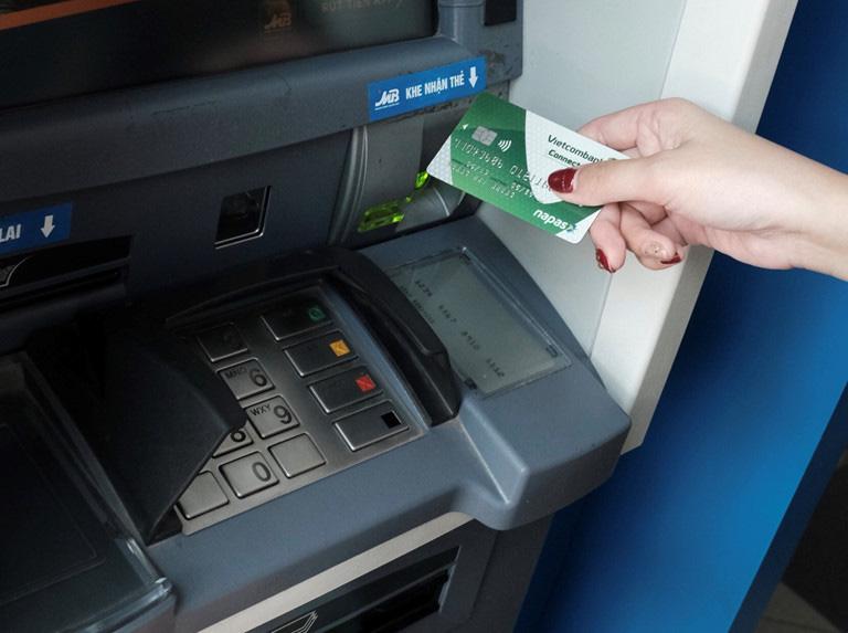 32 ngân hàng quyết định miễn, giảm phí chuyển tiền  - Ảnh 1.