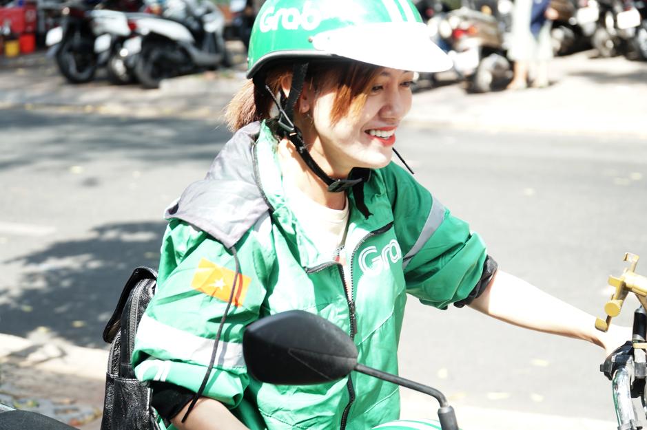 Đằng sau nắng gió bụi đường, có niềm hạnh phúc của những nữ tài xế Grab - Ảnh 1.