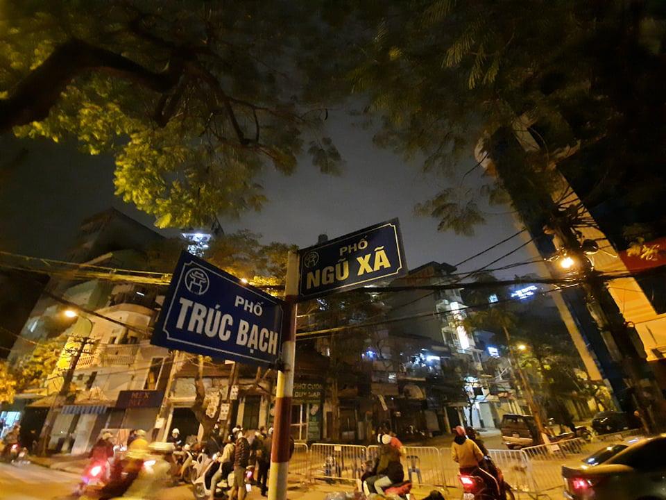 Hà Nội xác nhận người đầu tiên nhiễm Covid, phong toả phố Trúc Bạch  - Ảnh 1.