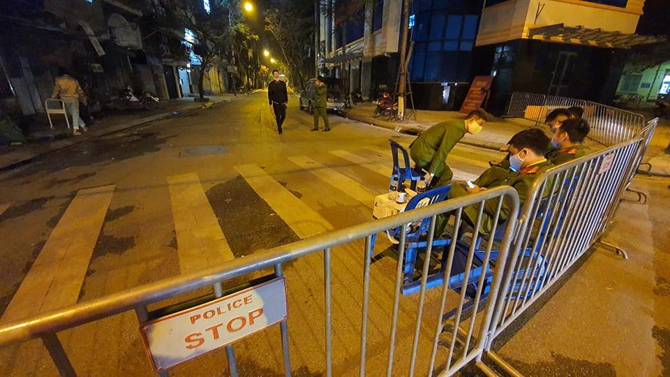 Phong tỏa 2 tuyến phố tại Hà Nội vì phát hiện 1 ca nghi nhiễm Covid-19 - Ảnh 1.
