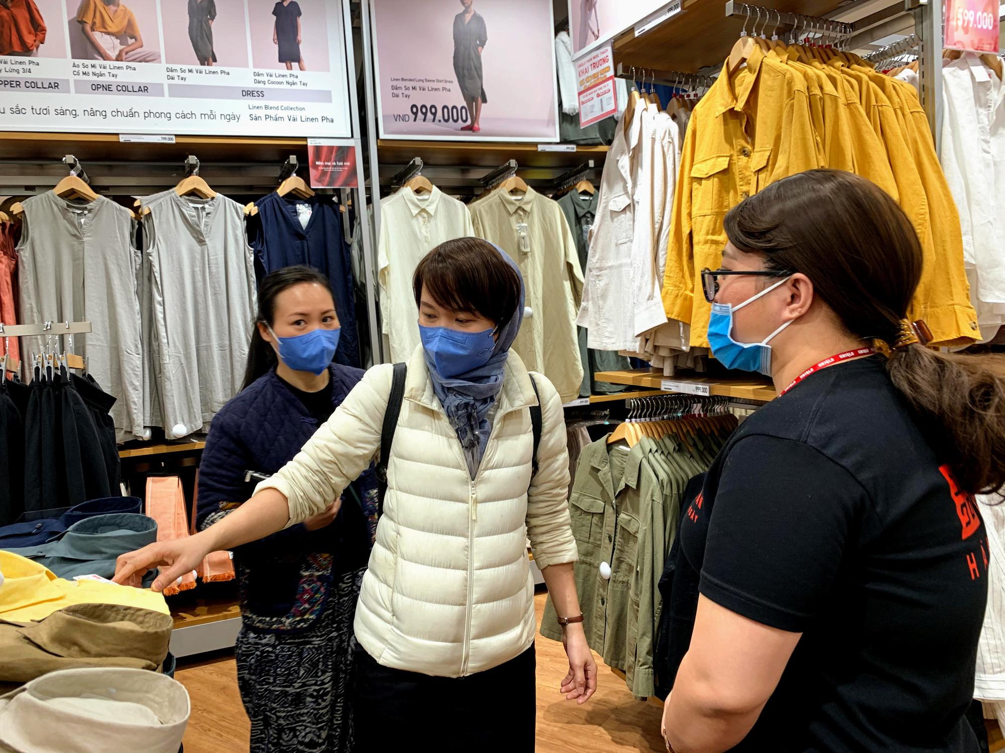 Chị em chen chân đi sắm đồ 8/3 tại Uniqlo Hà Nội, Vincom Phạm Ngọc Thạch chật kín trong biển người - Ảnh 9.