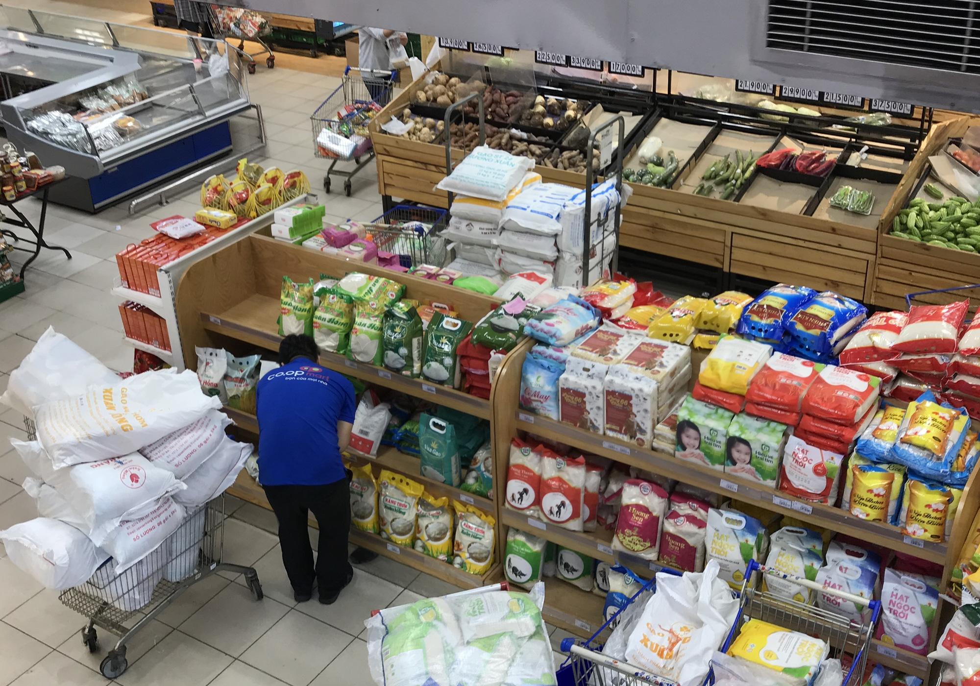 Siêu thị cam kết không thiếu hàng hóa, thực phẩm, đang chuyển thêm về Hà Nội trong hôm nay - Ảnh 2.