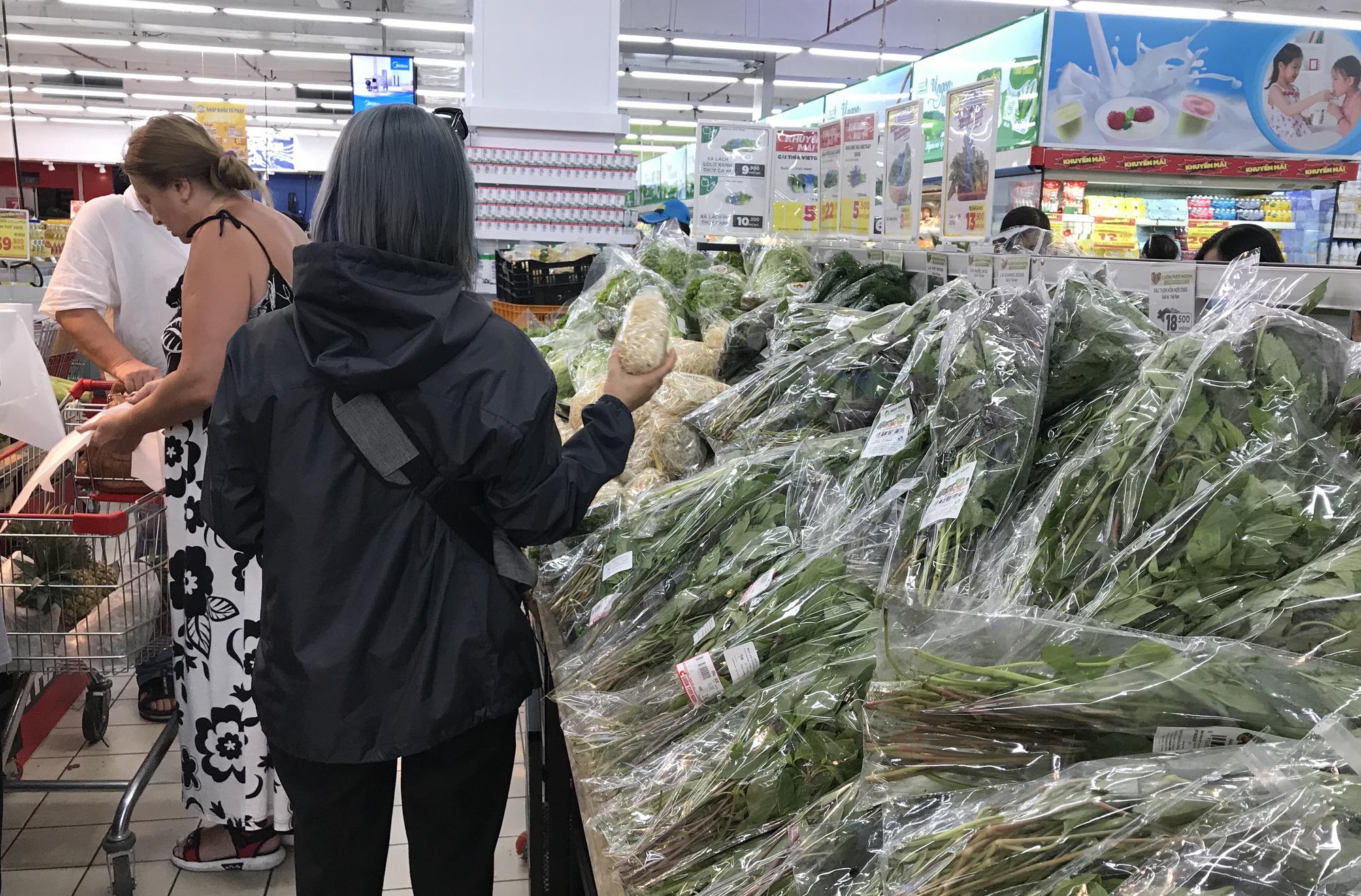 Siêu thị cam kết không thiếu hàng hóa, thực phẩm, đang chuyển thêm về Hà Nội trong hôm nay - Ảnh 1.