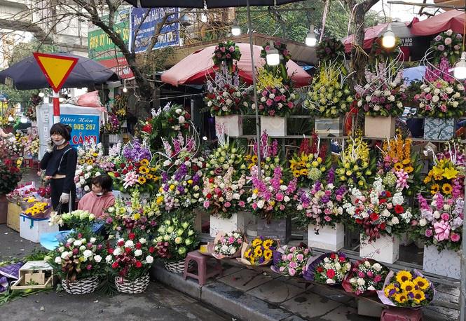 Ngày 8/3, hoa tại Hà Nội giảm giá mạnh vẫn ít người mua - Ảnh 2.