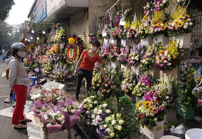 Ngày 8/3, hoa tại Hà Nội giảm giá mạnh vẫn ít người mua - Ảnh 3.