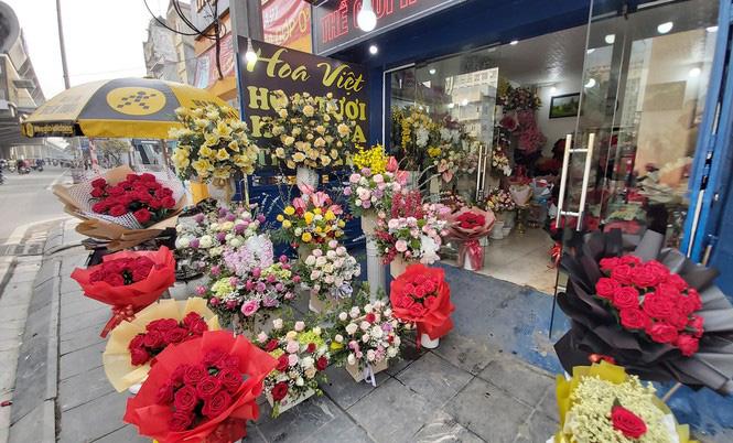 Ngày 8/3, hoa tại Hà Nội giảm giá mạnh vẫn ít người mua - Ảnh 5.