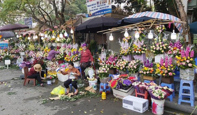 Ngày 8/3, hoa tại Hà Nội giảm giá mạnh vẫn ít người mua - Ảnh 4.