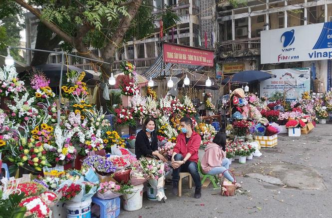 Ngày 8/3, hoa tại Hà Nội giảm giá mạnh vẫn ít người mua - Ảnh 1.