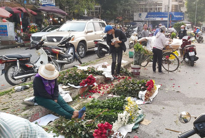 Ngày 8/3, hoa tại Hà Nội giảm giá mạnh vẫn ít người mua - Ảnh 7.