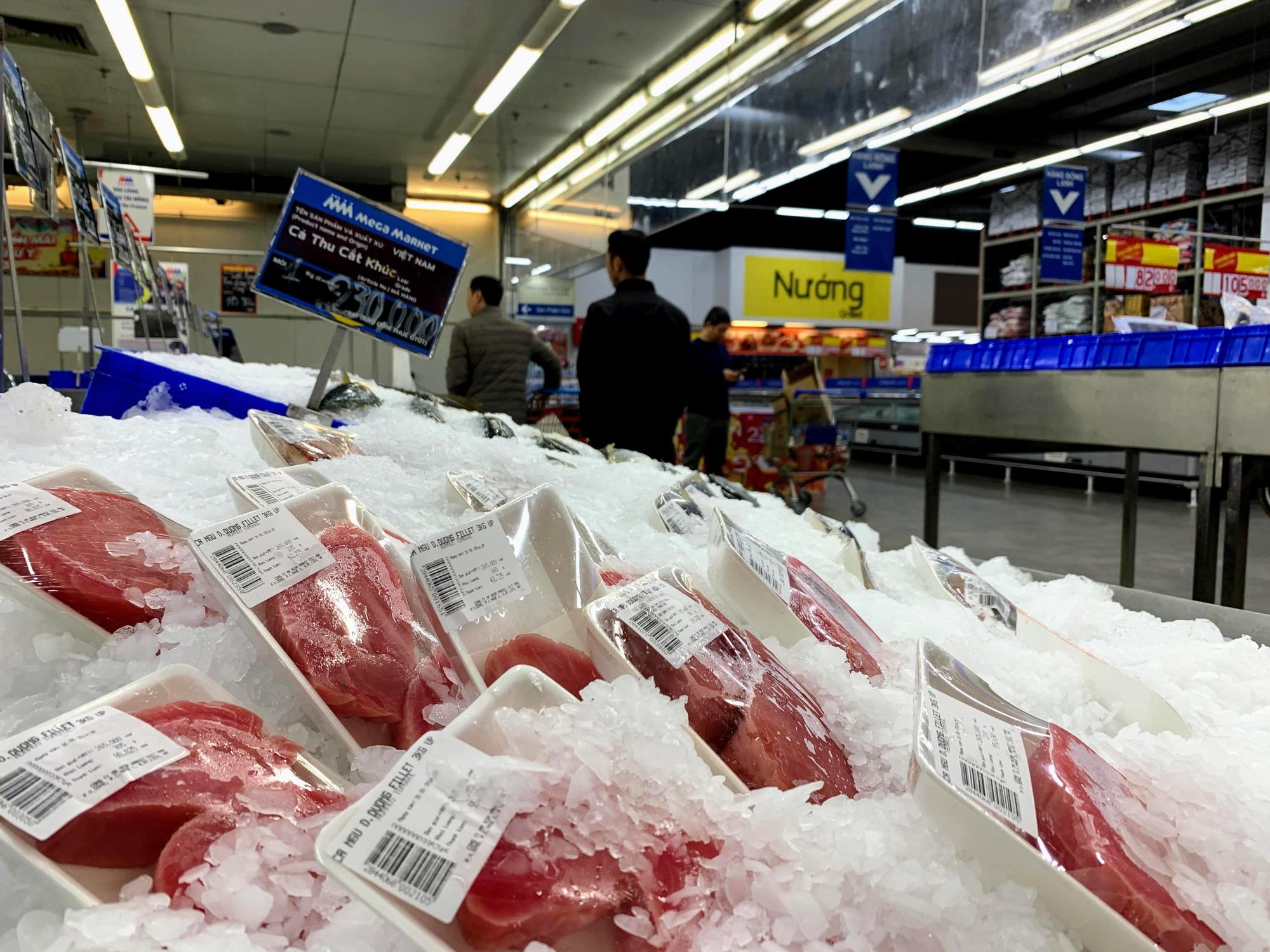 Hàng hoá trở lại đầy ắp trong siêu thị, người dân thảnh thơi mua sắm - Ảnh 10.