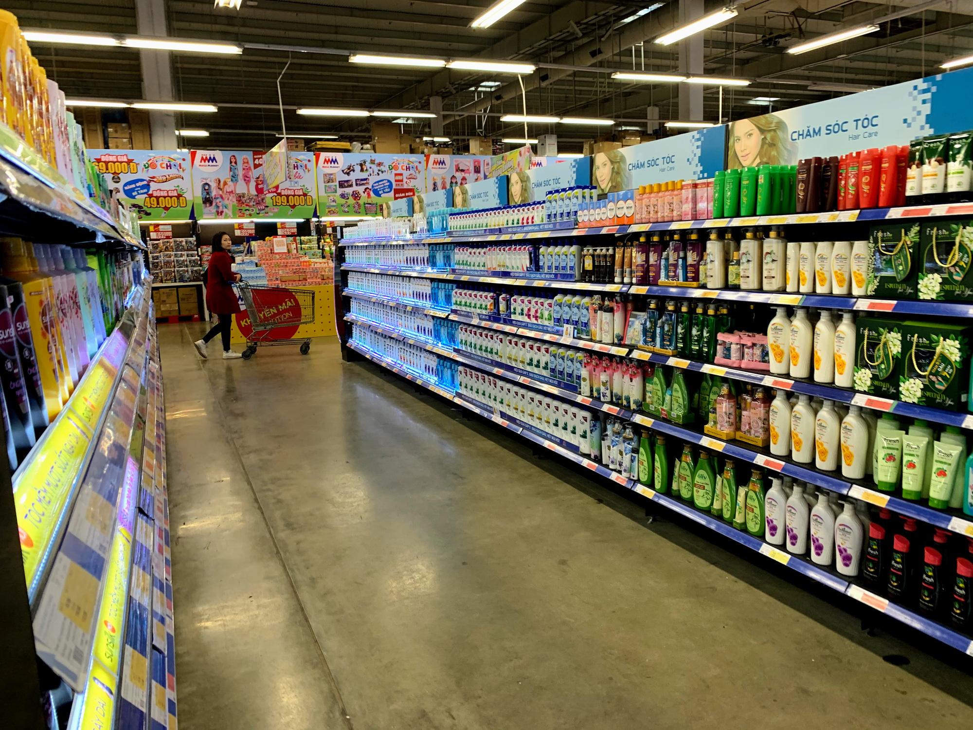 Hàng hoá trở lại đầy ắp trong siêu thị, người dân thảnh thơi mua sắm - Ảnh 7.