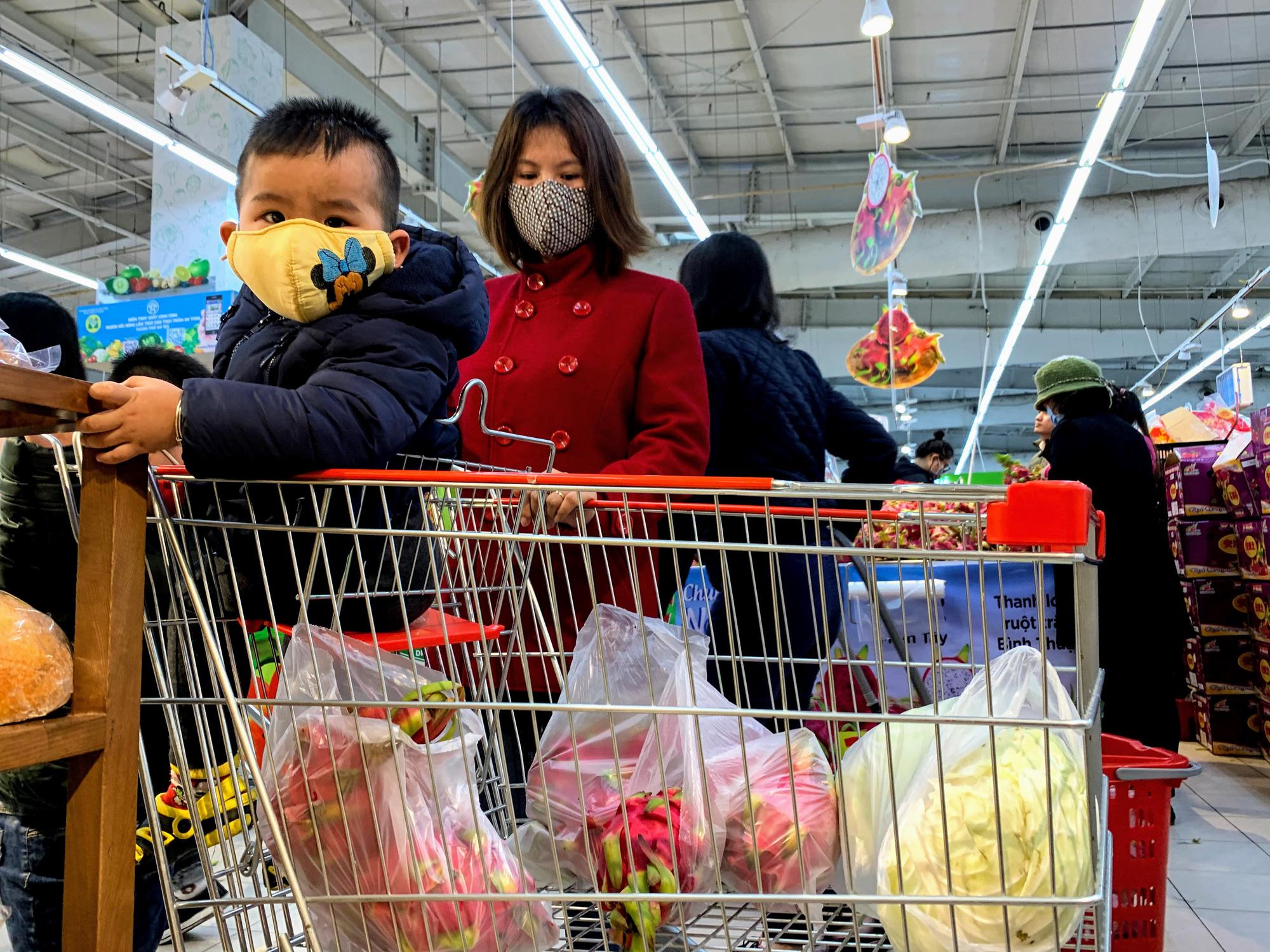 Hàng hoá trở lại đầy ắp trong siêu thị, người dân thảnh thơi mua sắm - Ảnh 9.