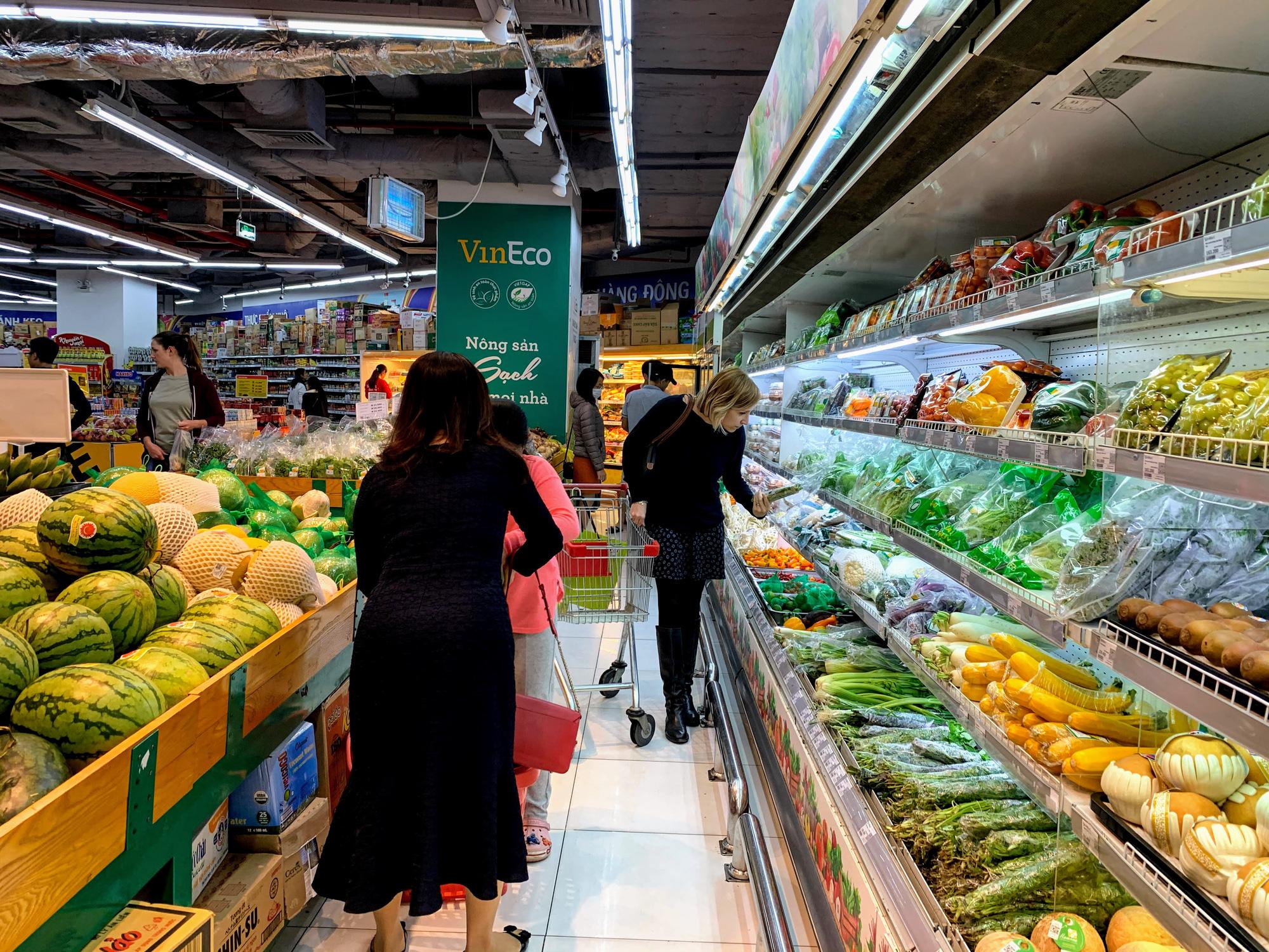 Hàng hoá trở lại đầy ắp trong siêu thị, người dân thảnh thơi mua sắm - Ảnh 15.