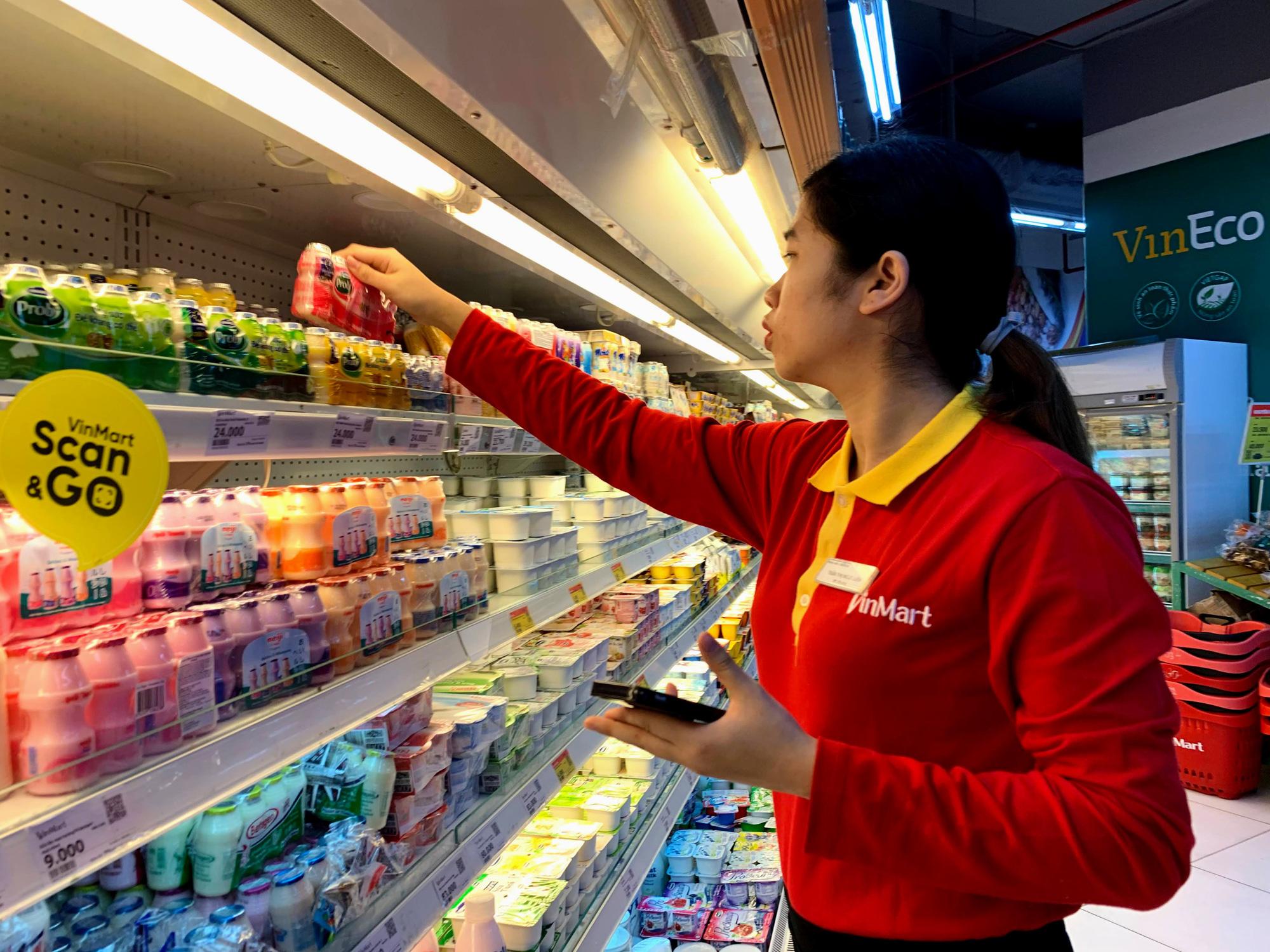 Hàng hoá trở lại đầy ắp trong siêu thị, người dân thảnh thơi mua sắm - Ảnh 6.