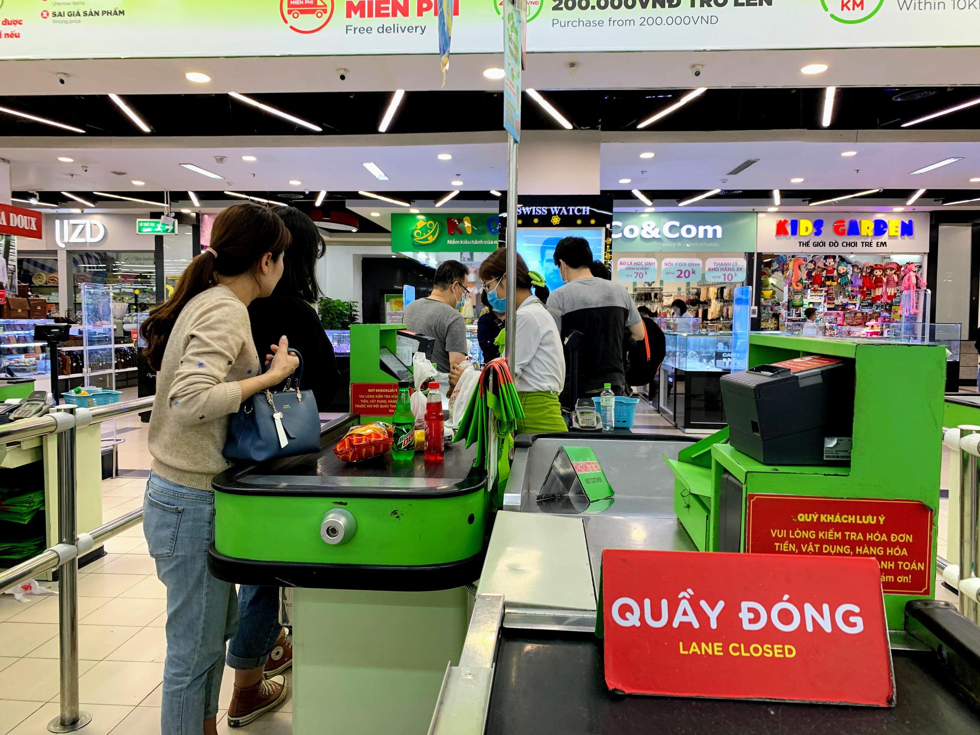 Hàng hoá trở lại đầy ắp trong siêu thị, người dân thảnh thơi mua sắm - Ảnh 4.
