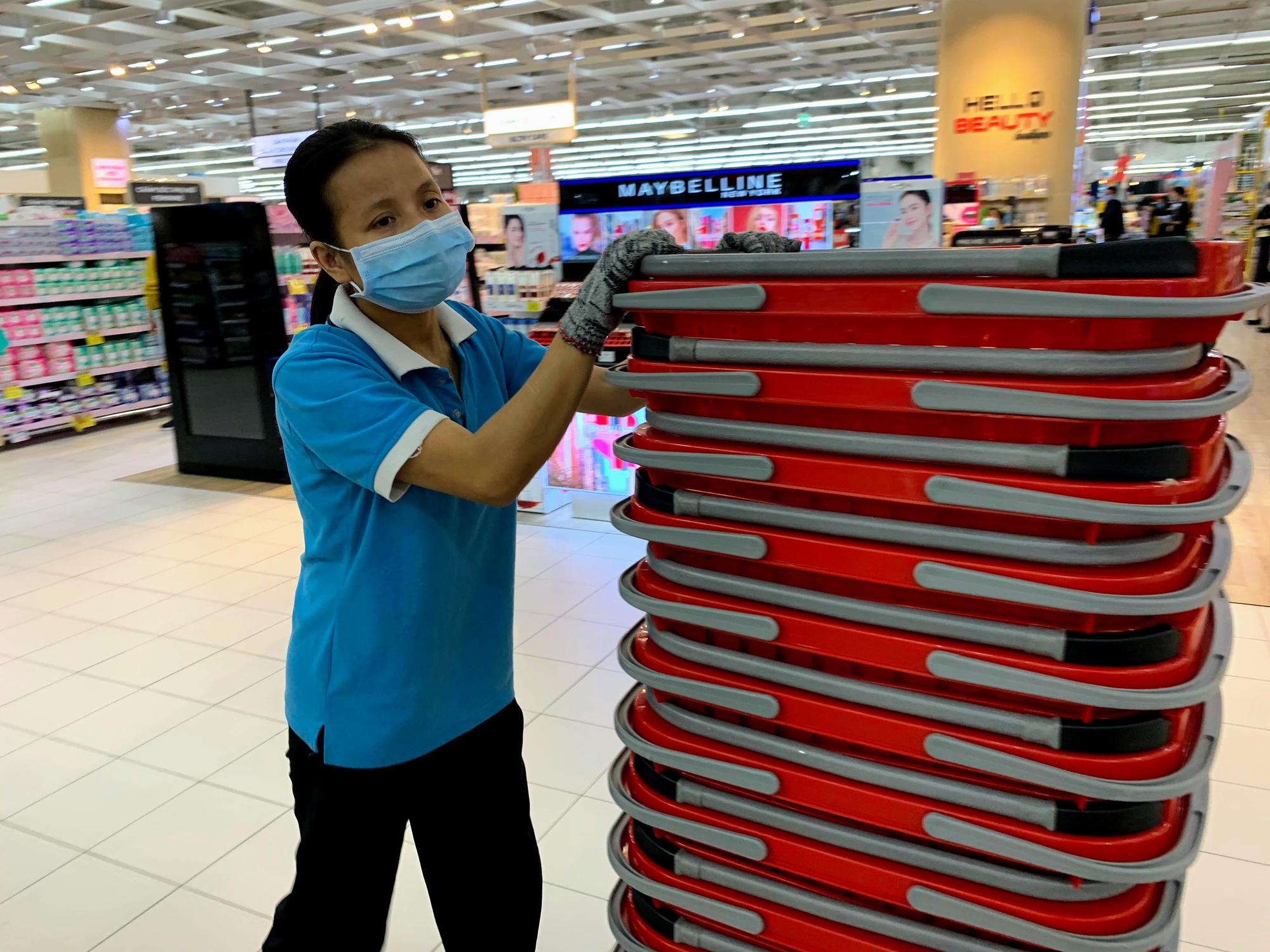 Hàng hoá trở lại đầy ắp trong siêu thị, người dân thảnh thơi mua sắm - Ảnh 3.