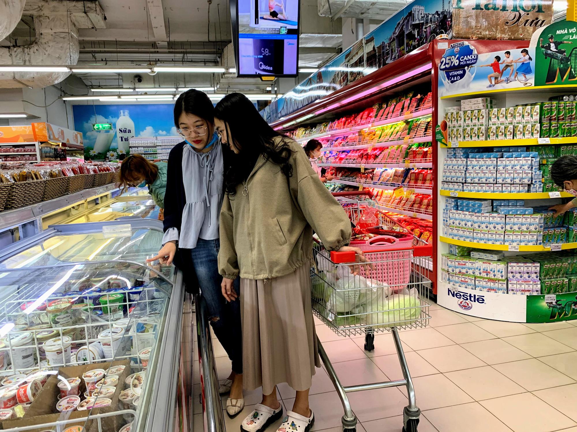 Hàng hoá trở lại đầy ắp trong siêu thị, người dân thảnh thơi mua sắm - Ảnh 14.