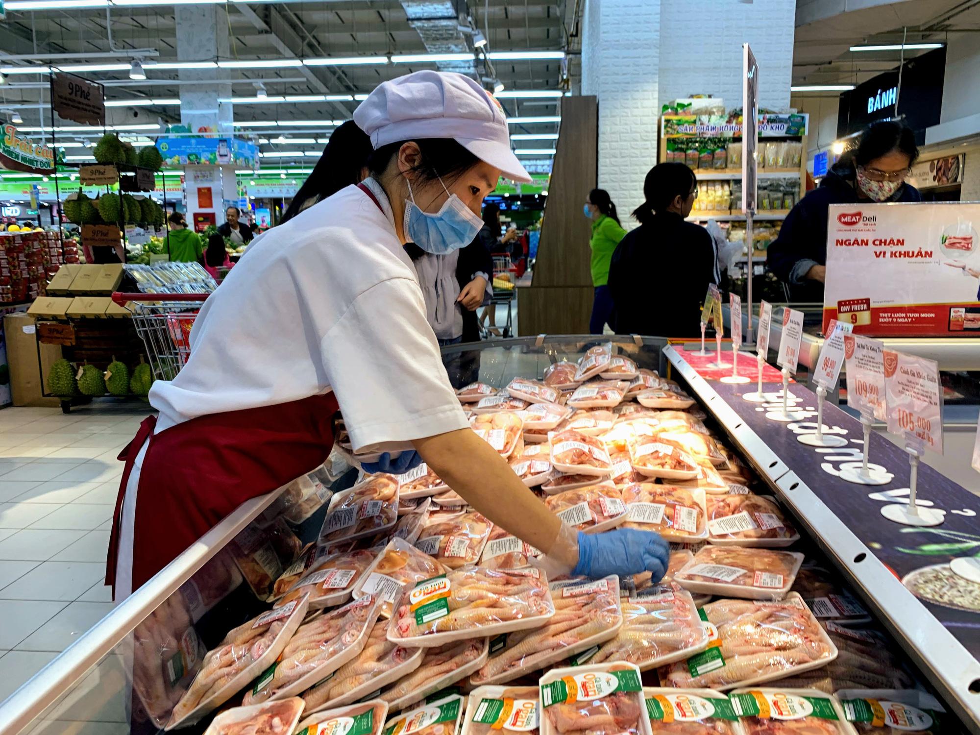 Hàng hoá trở lại đầy ắp trong siêu thị, người dân thảnh thơi mua sắm - Ảnh 11.