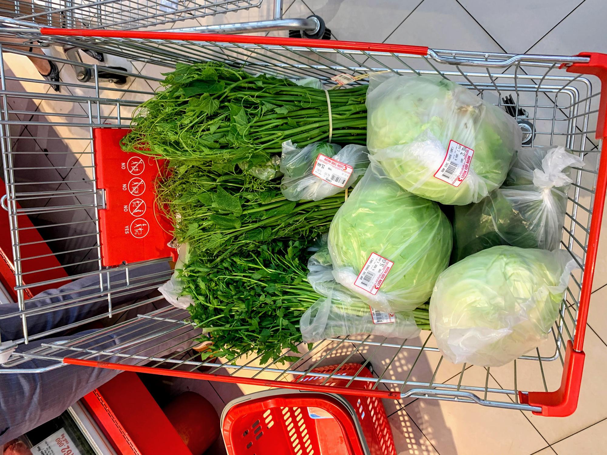 Hàng hoá trở lại đầy ắp trong siêu thị, người dân thảnh thơi mua sắm - Ảnh 8.