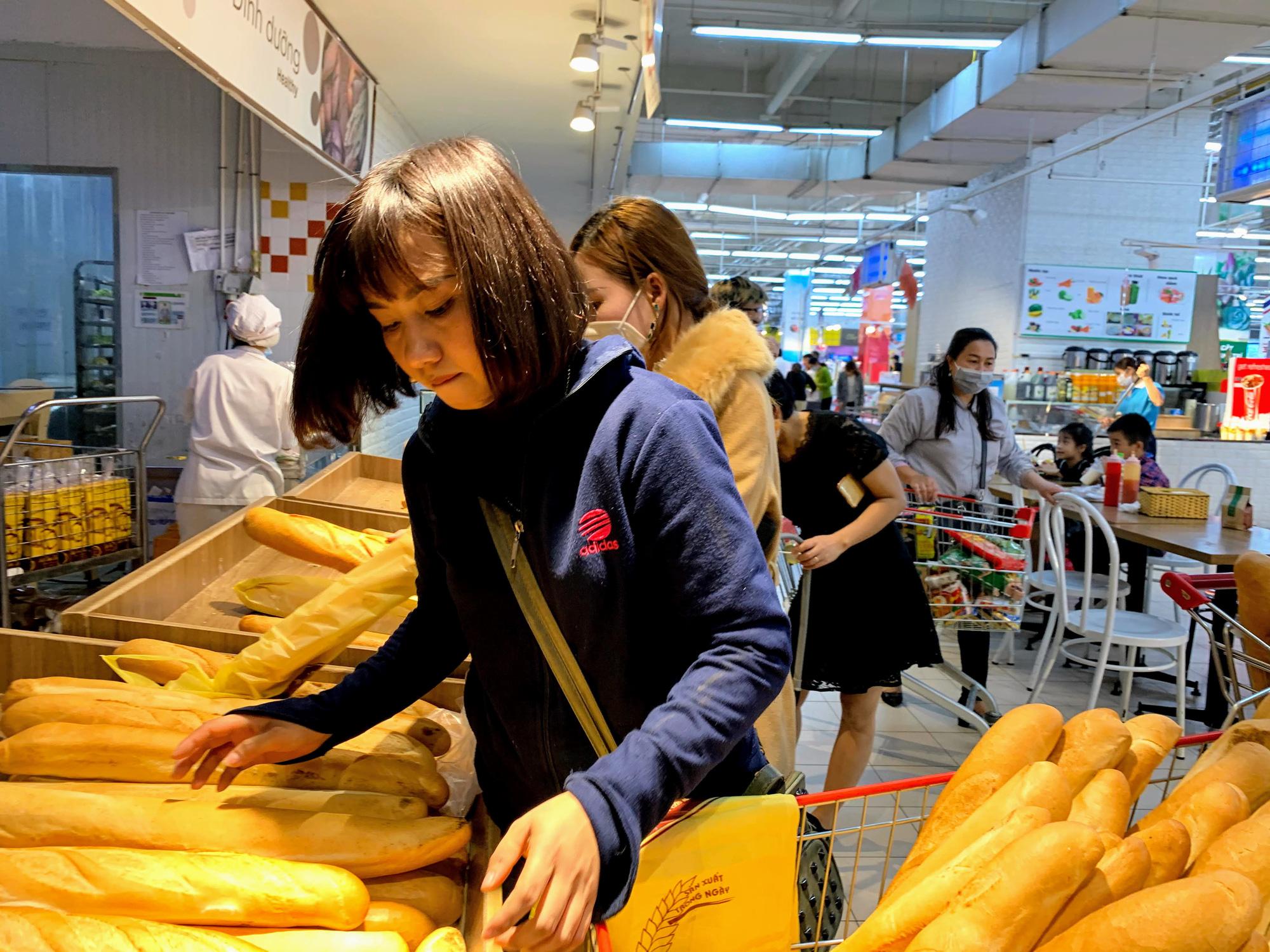Hàng hoá trở lại đầy ắp trong siêu thị, người dân thảnh thơi mua sắm - Ảnh 16.