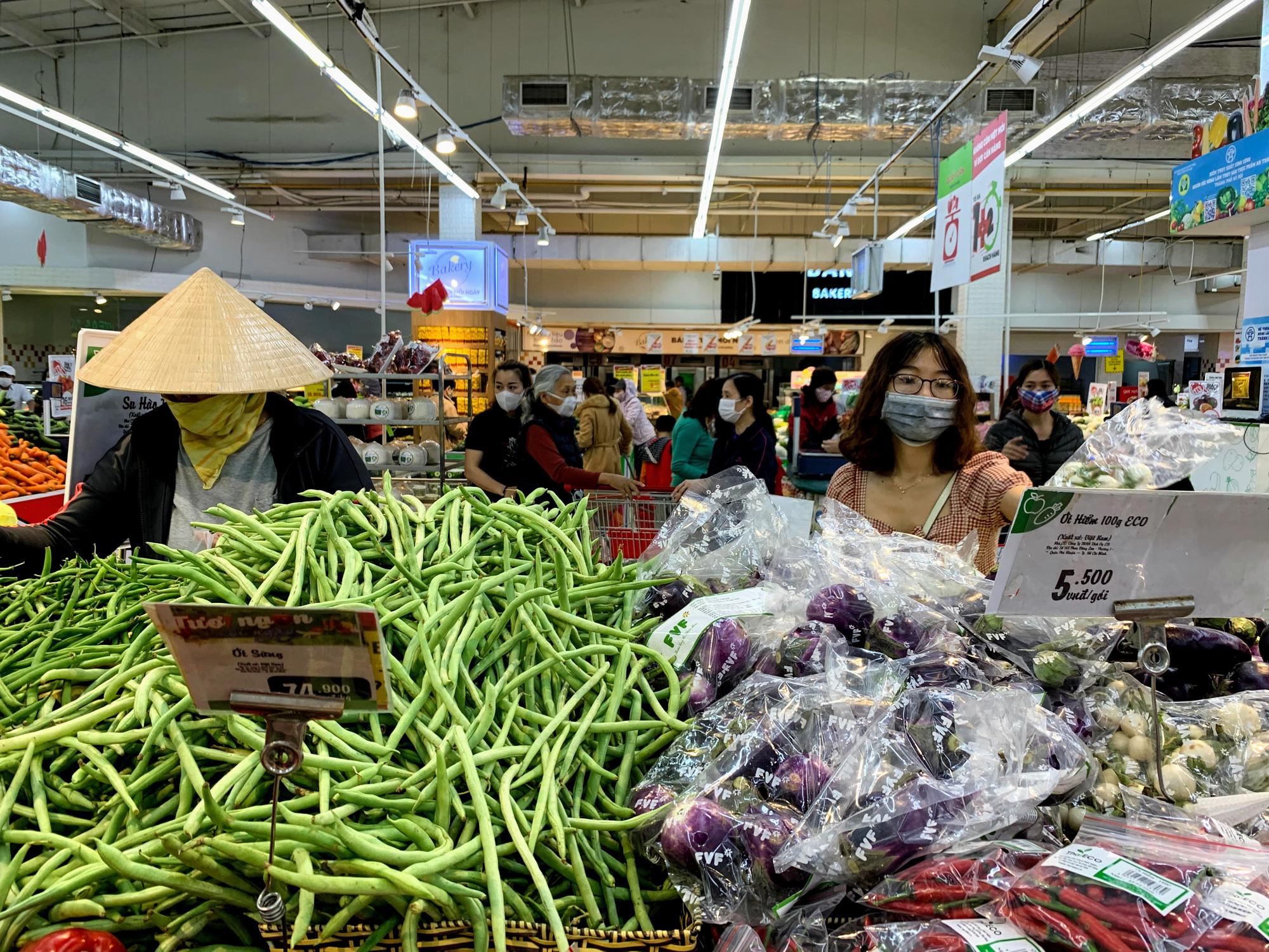 Hàng hoá trở lại đầy ắp trong siêu thị, người dân thảnh thơi mua sắm - Ảnh 2.