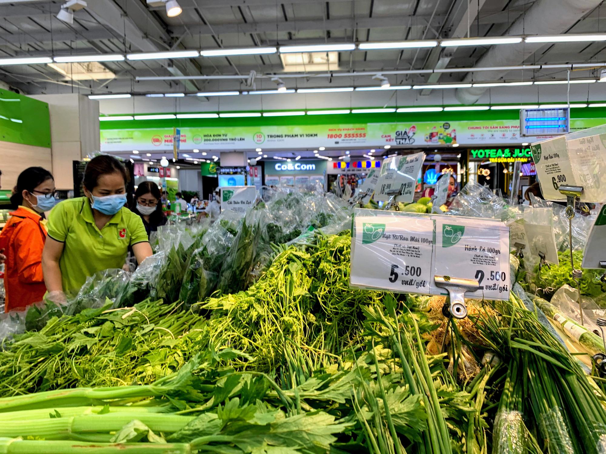 Hàng hoá trở lại đầy ắp trong siêu thị, người dân thảnh thơi mua sắm - Ảnh 1.