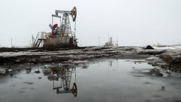 Giá dầu xuống thấp kỉ lục trong vòng 20 năm vì dịch Covid - 19 - Ảnh 1.