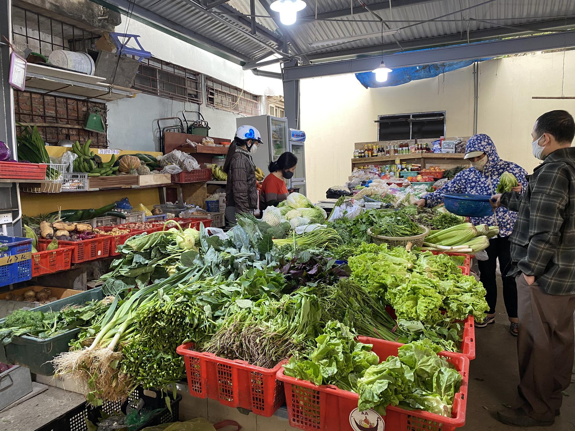 Chợ dân sinh hoạt động bình thường trong ngày đầu tiên Hà Nội cách li, nhiều tiểu thương áp dụng hình thức giao thực phẩm tại nhà - Ảnh 2.