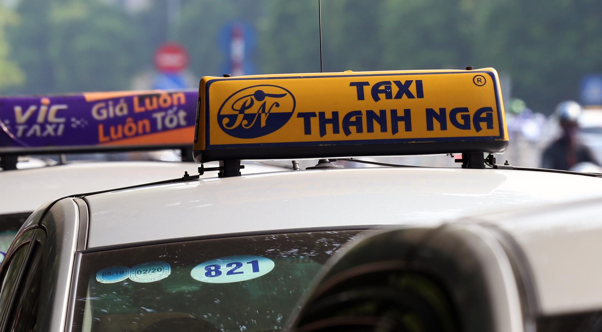 Hà Nội bỏ biển cấm taxi, xe hợp đồng dưới 9 chỗ ở những tuyến phố này - Ảnh 1.