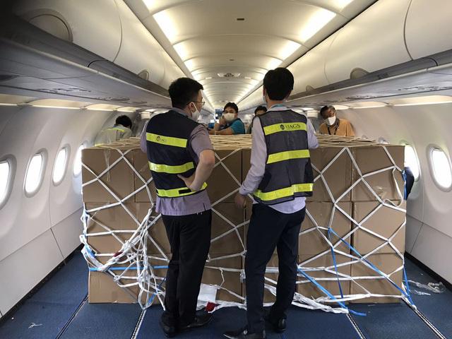 Ngừng chở khách tới Việt Nam, máy bay chật kín hàng hóa - Ảnh 2.