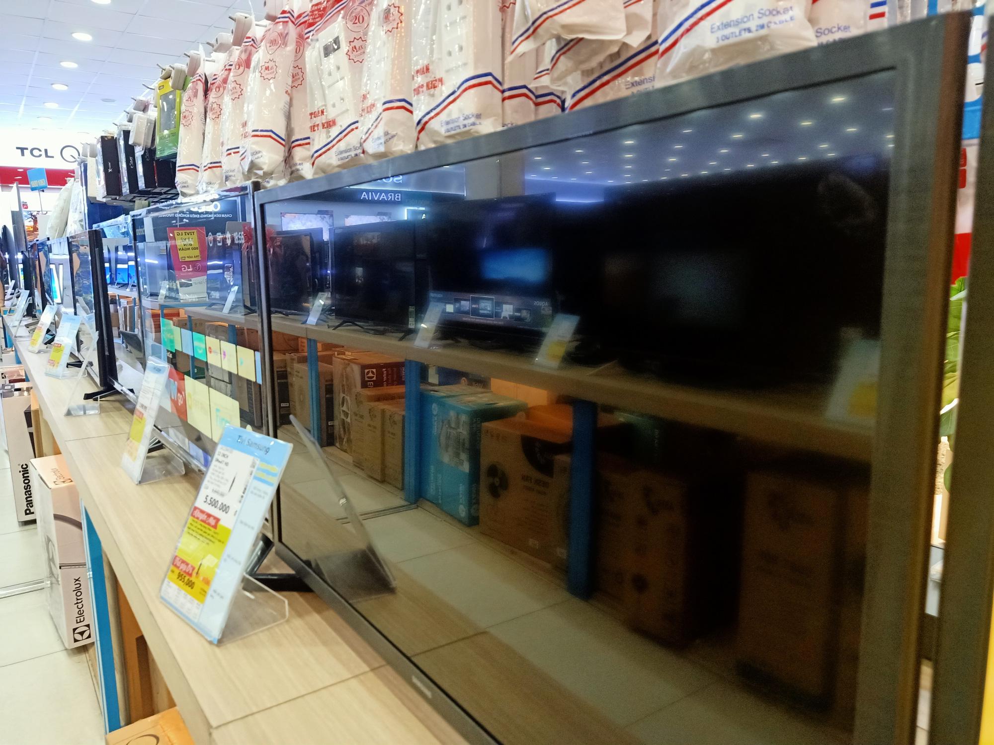 Nhiều tivi giảm giá kích cầu mua sắm để phục vụ cho nhu cầu giải trí tại gia - Ảnh 1.