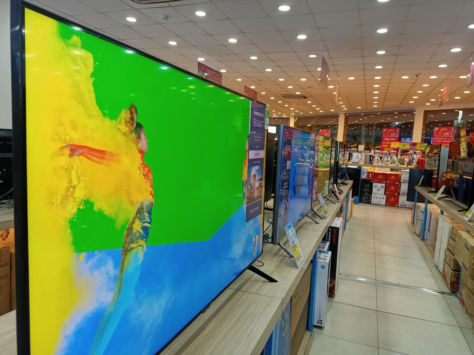 Nhiều tivi giảm giá kích cầu mua sắm để phục vụ cho nhu cầu giải trí tại gia - Ảnh 2.