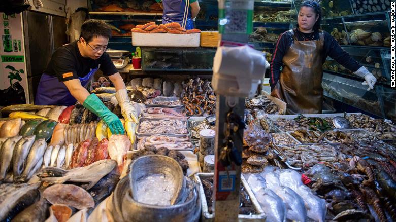 Bị cho là nguyên nhân gây ra Covid-19, những khu 'chợ ướt' tại Trung Quốc liệu có tiếp tục hoạt động? - Ảnh 1.