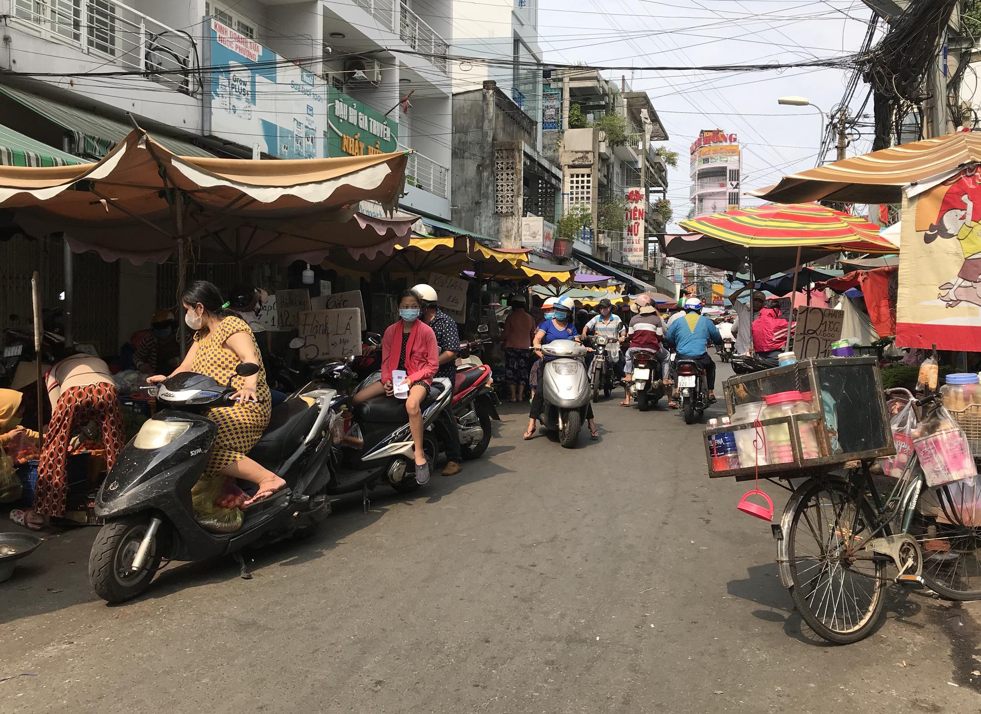 Cửa hàng, quán ăn Sài Gòn nín thở chờ lệnh cách li xã hội - Ảnh 13.