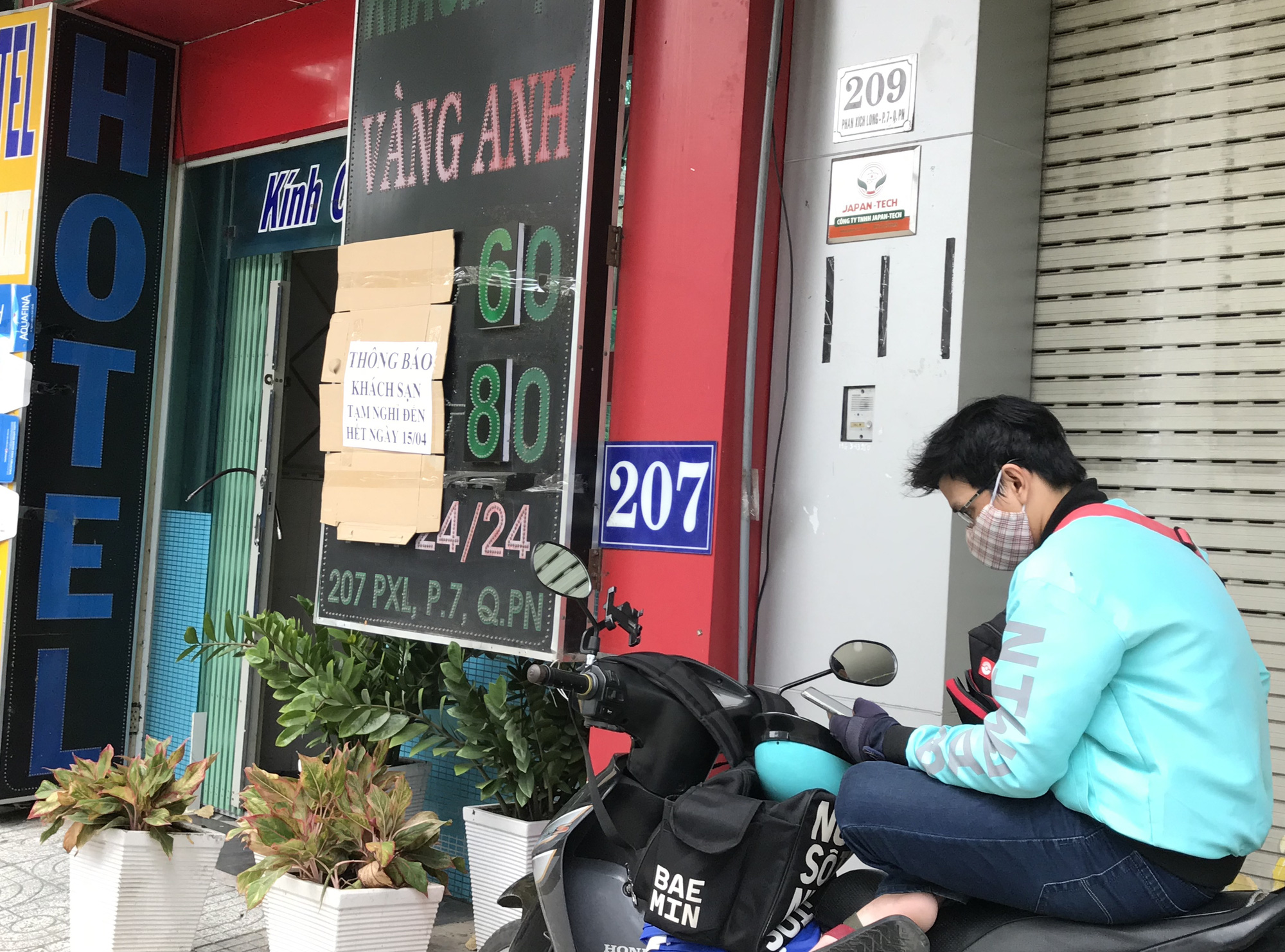 Cửa hàng, quán ăn Sài Gòn nín thở chờ lệnh cách li xã hội - Ảnh 6.