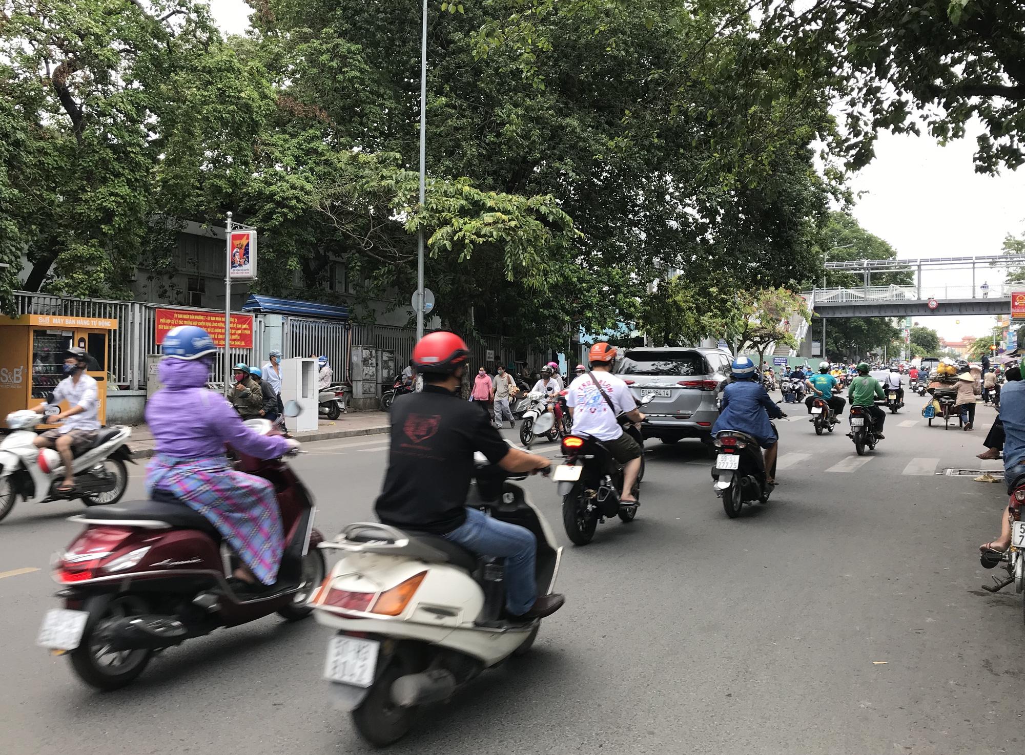 Cửa hàng, quán ăn Sài Gòn nín thở chờ lệnh cách li xã hội - Ảnh 15.