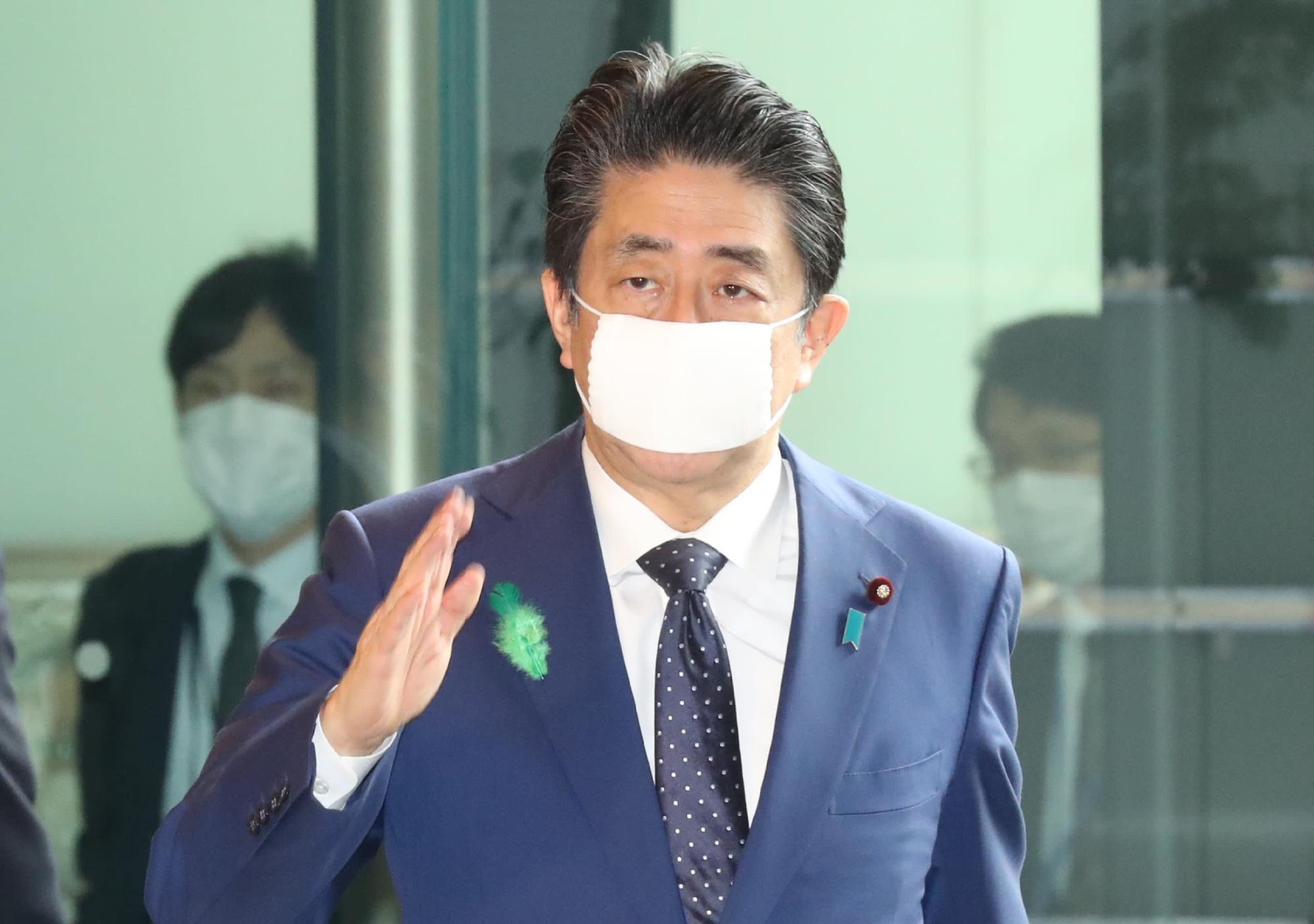 Nhật Bản hỗ trợ cho mỗi người dân 930 đô la để giảm thiểu tác động của Covid-19 - Ảnh 1.