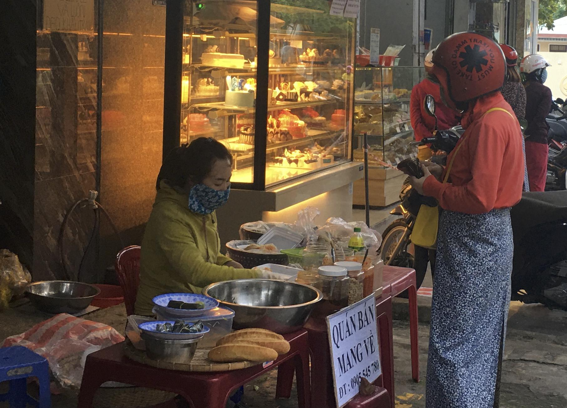 Người Đà Nẵng đi siêu thị mua về nấu ăn dù chính quyền đã cho hàng quán bán online, mang về nhà - Ảnh 2.