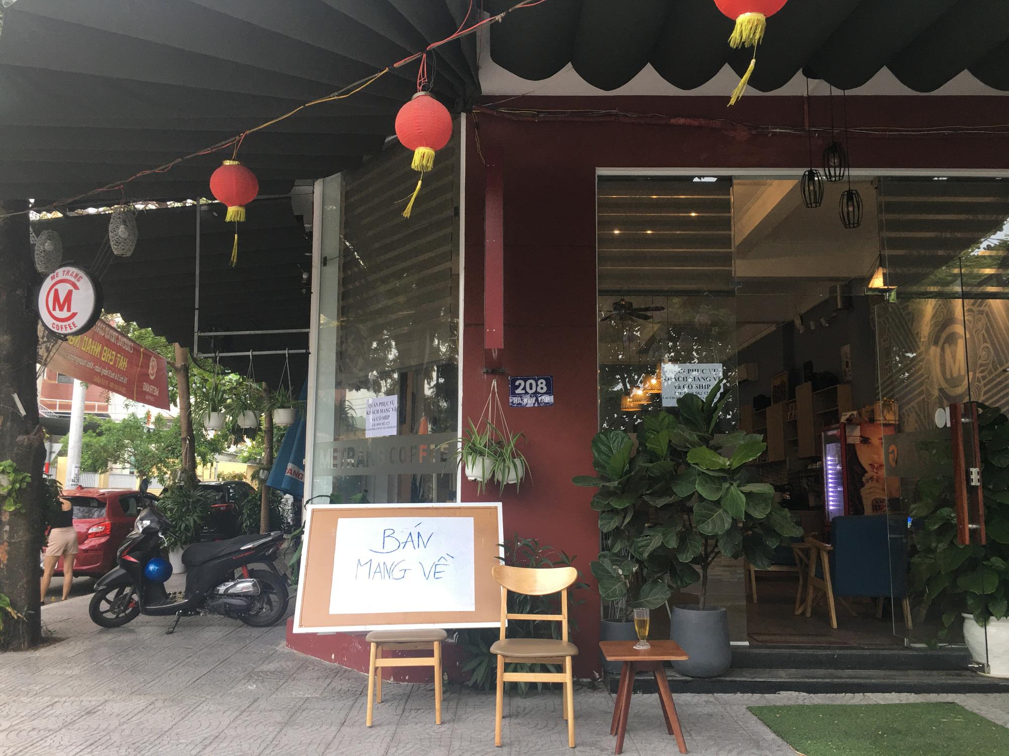 Người Đà Nẵng đi siêu thị mua về nấu ăn dù chính quyền đã cho hàng quán bán online, mang về nhà - Ảnh 1.