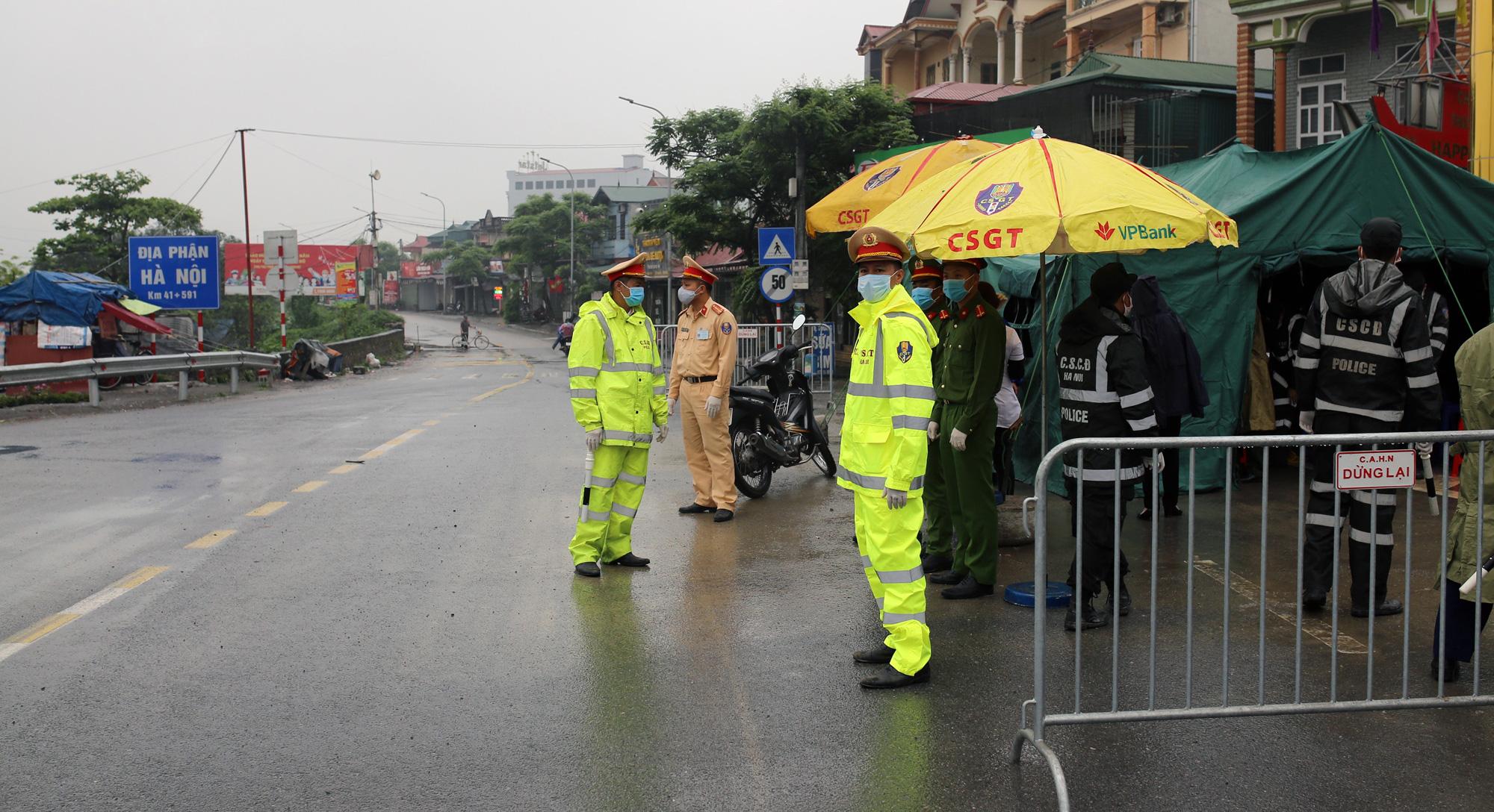 Chốt kiểm soát, giám sát cách li xã hội ở cửa ngõ Thủ đô Hà Nội hoạt động thế nào? - Ảnh 1.