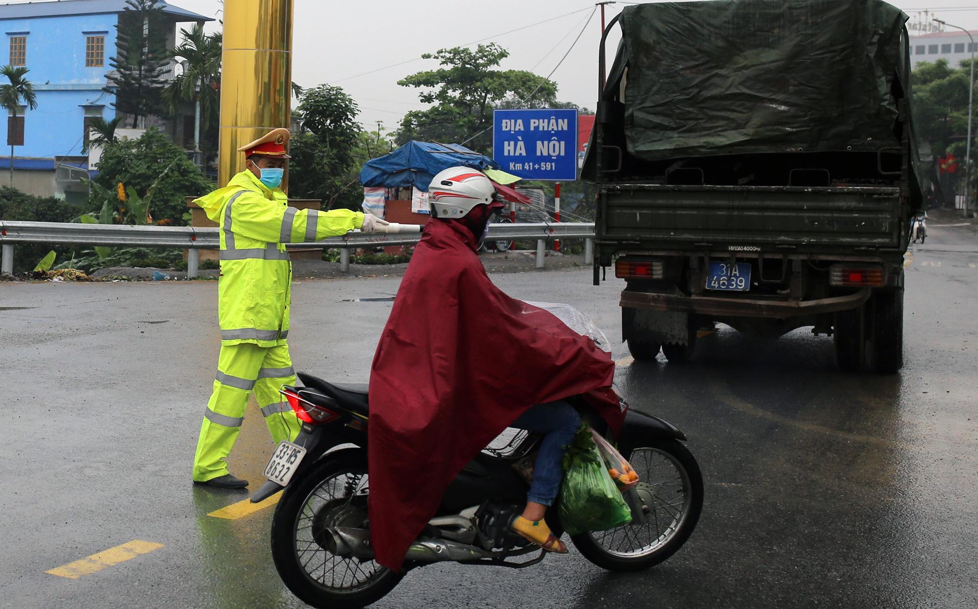 Chốt kiểm soát, giám sát cách li xã hội ở cửa ngõ Thủ đô Hà Nội hoạt động thế nào? - Ảnh 2.