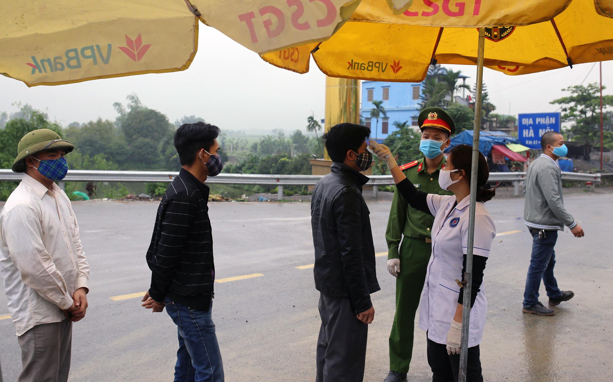 Chốt kiểm soát, giám sát cách li xã hội ở cửa ngõ Thủ đô Hà Nội hoạt động thế nào? - Ảnh 3.