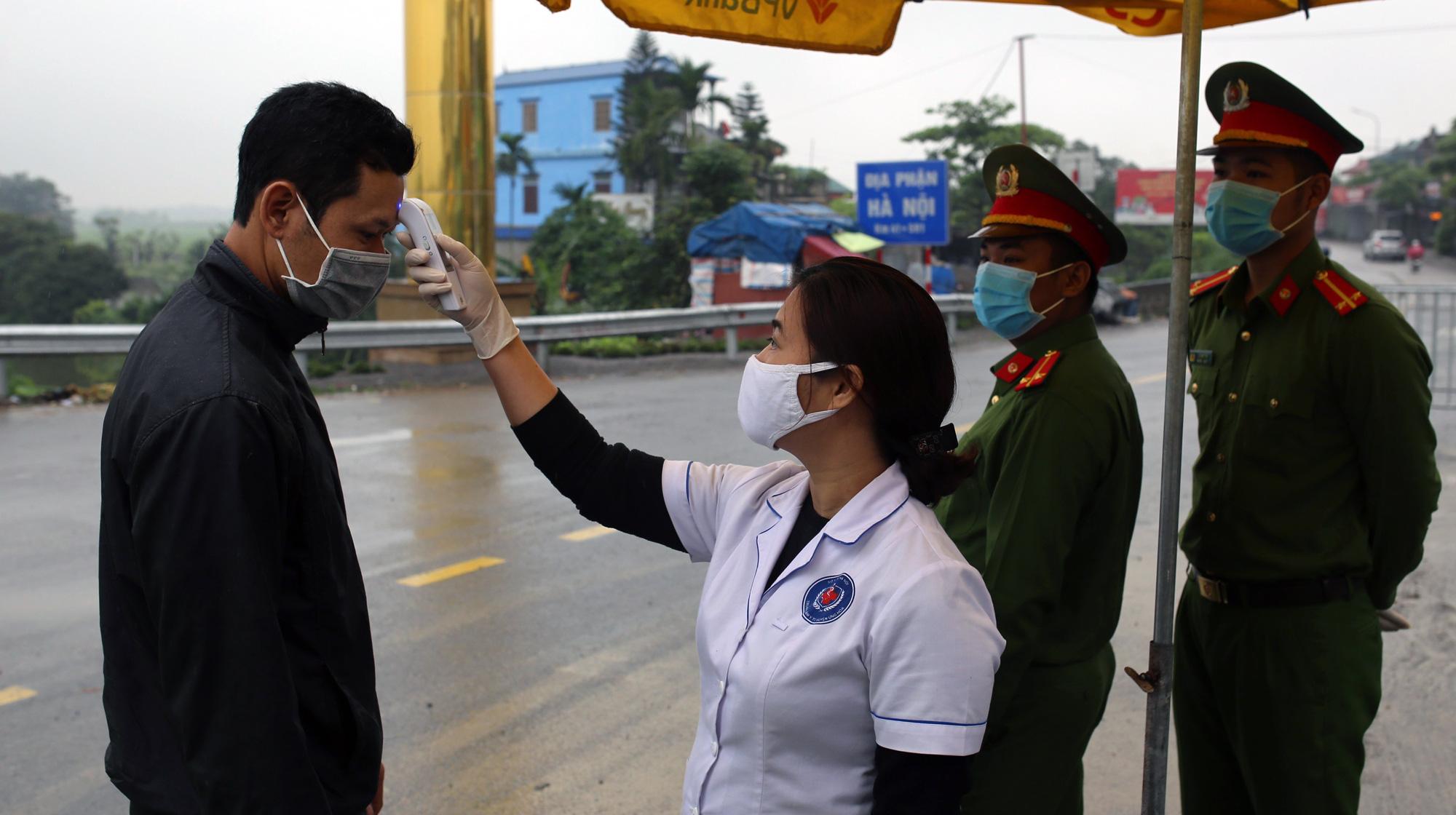 Chốt kiểm soát, giám sát cách li xã hội ở cửa ngõ Thủ đô Hà Nội hoạt động thế nào? - Ảnh 4.