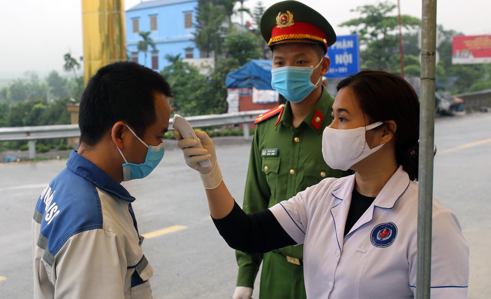 Chốt kiểm soát, giám sát cách li xã hội ở cửa ngõ Thủ đô Hà Nội hoạt động thế nào? - Ảnh 5.