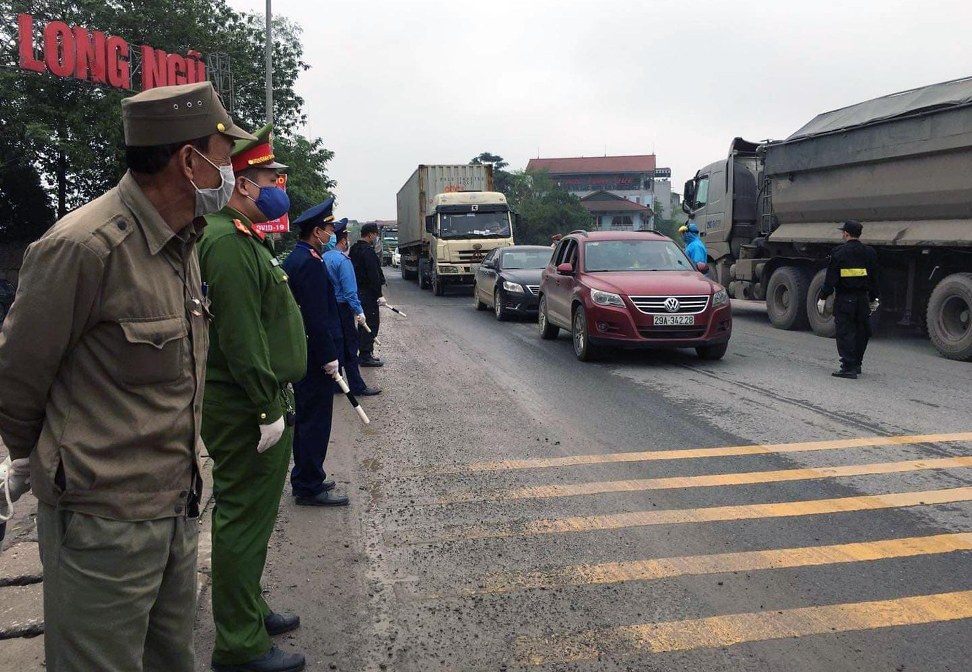 Chốt kiểm soát, giám sát cách li xã hội ở cửa ngõ Thủ đô Hà Nội hoạt động thế nào? - Ảnh 6.